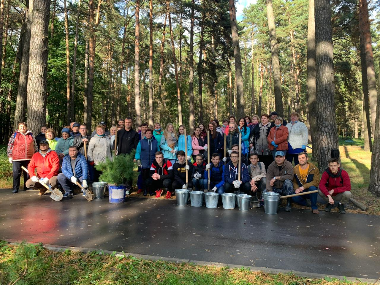 Студенты посадили свои деревья